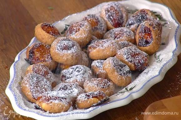 Готовое печенье посыпать сахарной пудрой.
