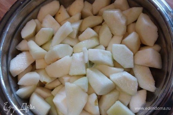 Нарезать груши на кусочки, полить соком половины лимона.