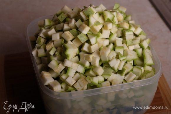 Кабачки (можно использовать как кабачки, так и цукини, у меня смесь) вымыть и нарезать небольшим кубиком.