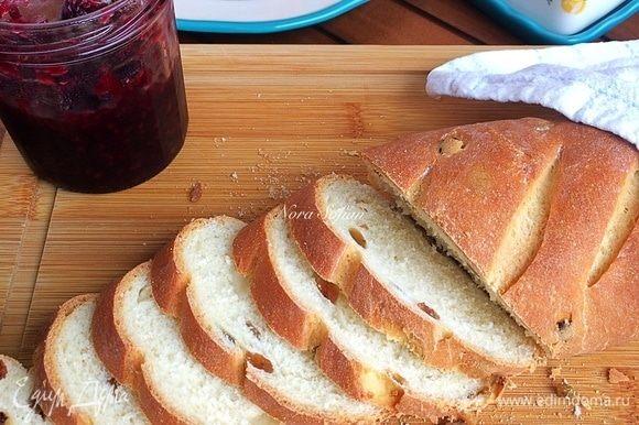 Кисель: в стакане смешать воду, сахар и крахмал. Готовый горячий хлеб переложить на решетку и смазать киселем. Кисель придаст батону блеск и мягкую корочку.