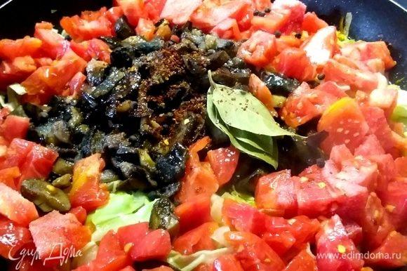 Выложить грибы, нарезанные на кусочки помидоры (очистить их от кожицы по желанию), соль, сахар, остальные специи и влить стакан воды.