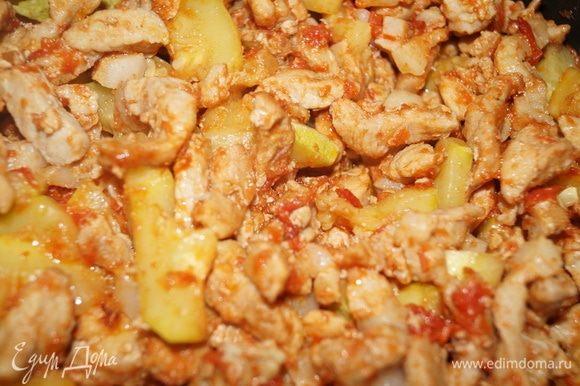 Минут через 15–20 сок от кабачка выкипел, мясо стало красивым и мягким.
