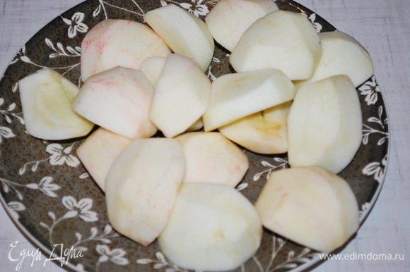 Яблоки чистим от кожуры и семян. Нарезаем дольками.