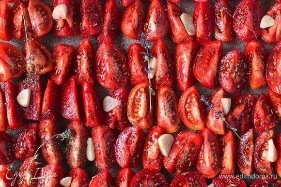 Помидоры посолить, поперчить, посыпать остальными специями. Дольки чеснока нарезать на несколько частей и разложить поверх помидоров.