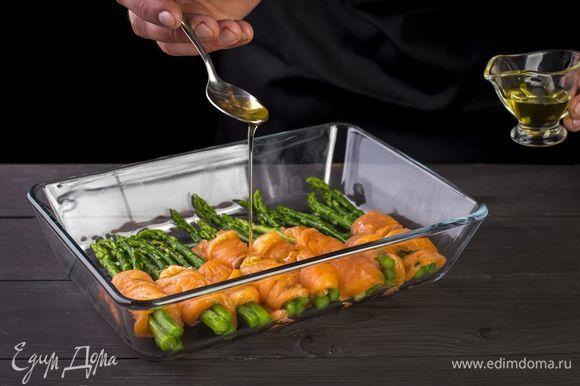 Полученные «рулеты» полейте оливковым маслом и поставьте запекаться в духовку на 15 минут.