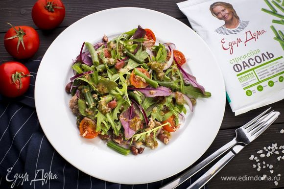 Полейте салат заправкой и подавайте к столу. Приятного аппетита!