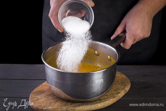 Влейте в кастрюлю оставшуюся воду, положите в нее облепиховый жмых и сахар. Доведите до кипения. Далее процедите.