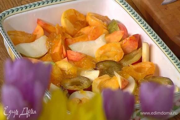 Выложить фрукты в жаропрочную форму срезами вверх в один слой, полить лимонным соком, сверху равномерно разложить джем и полить все ромом.