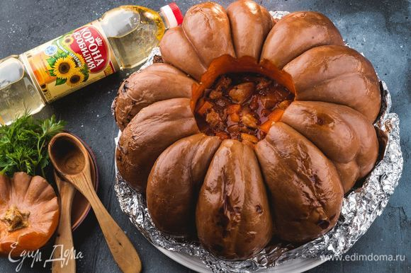 Заверните тыкву в фольгу и запекайте при 180°С в течение 1 часа. Подавайте блюдо к столу теплым. Приятного аппетита!