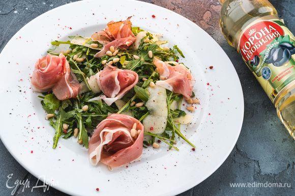 При подаче посыпьте салат кедровыми орешками и подавайте к столу. Приятного аппетита!