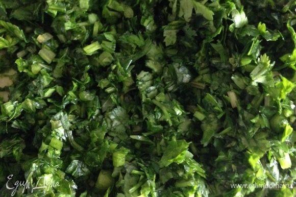 Зелень мелко нашинковать. Перец чили также мелко нарезать. Добавить пропущенный через пресс чеснок, измельченные орехи, винный уксус, соль, мед, растительное масло. Все тщательно перемешать.
