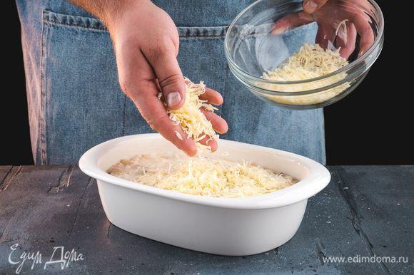 Форму для запекания смажьте сливочным маслом и выложите в нее массу. Посыпьте сверху тертым сыром.
