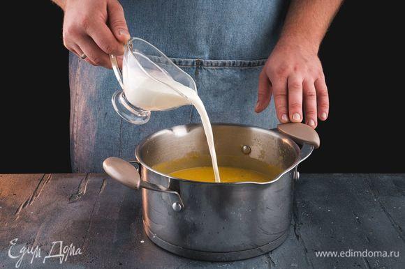 Верните суп на огонь, добавьте сливки и прогрейте немного.