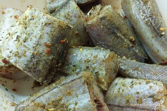 Рыбу почистить, выпотрошить, срезать плавники. Промыть и вытереть насухо салфетками. Посолить (можно добавить специи, которые вы любите), полить лимонным соком. Оставить мариноваться, пока готовятся овощи.