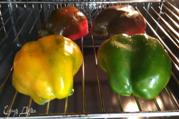 Духовку разогреваем до 200°C. 2 болгарских перца небольшого размера (либо один крупный) разрезаем пополам, очищаем и ставим на гриль на 10 минут, чтобы перец слегка запекся, но форму все еще сохранял.
