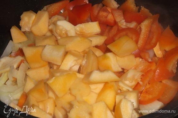 Засыпать нарезанный болгарский перец и патиссоны. Накрыть крышкой, тушить 5 минут.