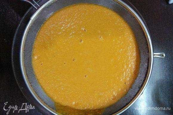 Протираем суп через сито для получения нежнейшей консистенции.