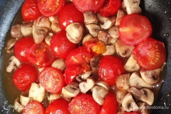 Овощи выложить в сковороду, посолить, добавить 0,5 чайной ложки сахара. Жарить, пока овощи не станут мягкими.