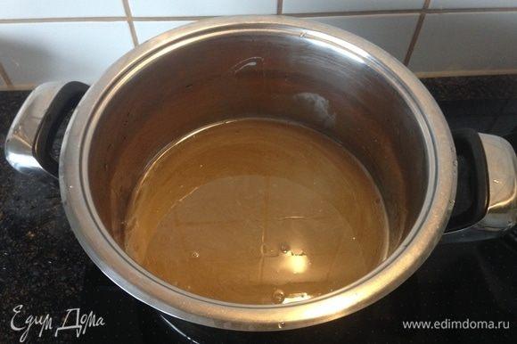 Варить варенье будем в 3 приема по 5 минут, постоянно помешивая. Сначала сварить сироп. Налить воды в кастрюлю, добавить сахар и на медленном огне варить сироп до растворения сахара.