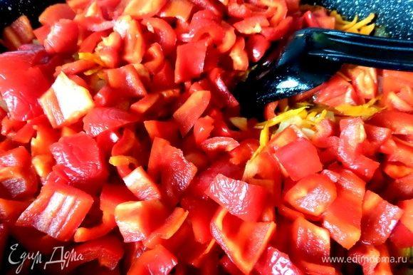 Перец болгарский нарезать кусочками, чили измельчить. Высыпать перцы к обжаренным овощам.