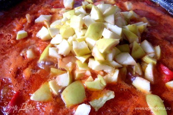 Перемешать, довести до кипения, варить 10–15 минут и добавить яблоки (лучше кислые).