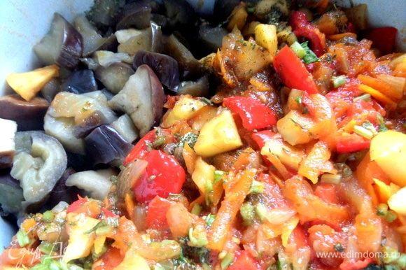Готовые баклажаны откинуть на сито, перенести в большую кастрюлю вместе с овощами со сковороды.