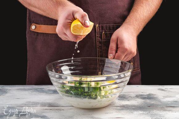 Добавьте сок лимона и дайте супу настояться в холодильнике в течение двух часов.