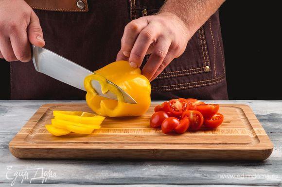 Нарежьте помидоры дольками, а перец — полукольцами.