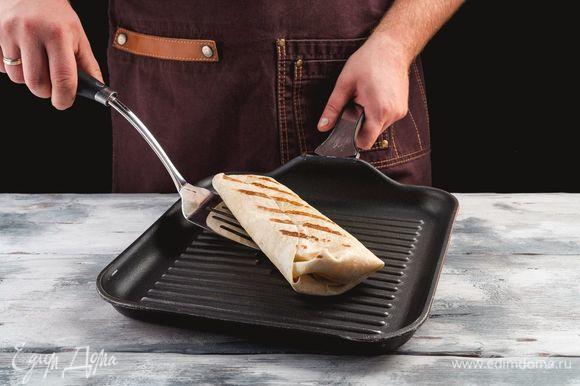 Обжарьте рулет на сухой сковороде до румяного цвета.