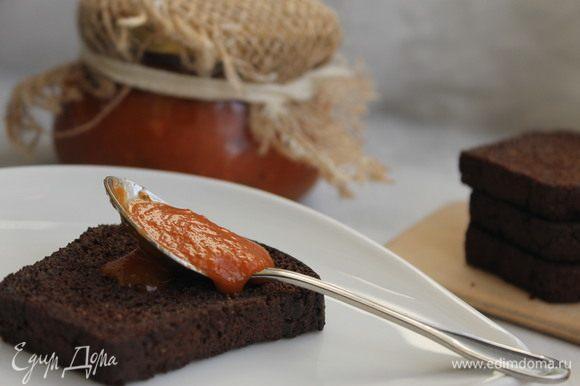 Добавить в соус уксус, оливковое масло, перец чили. Варить соус 30 минут, затем протереть через сито. Готовый соус разлить в стерилизованные банки и закрыть крышками.