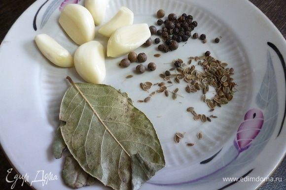 Специи и пряности: чеснок, сухой укроп, душистый перец горошком и черный, лавровый лист и соль. И щепотка сахара (но это не обязательно, просто мне нравится). Традиционно на 1 кг грибов берут 1–1,5 ст. л. соли! Но я кладу меньше, так как не люблю слишком соленое. Если у вас есть возможность, то при засолке груздей положите к ним листики вишни и черной смородины, свежие зонтики укропа или лист хрена (или несколько колечек корня хрена). Это здорово обогатит вкус груздей.