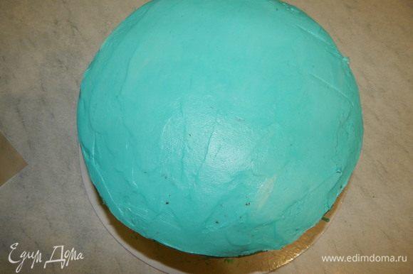 Бока и верх торта обмазываем кремом и снова убираем торт в холодильник.