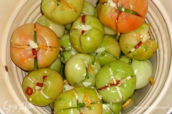 Продолжать укладывать помидоры слоями, пока они не закончатся. Я всегда на дно укладываю более зеленые помидоры, а сверху — молочной спелости и бурые, так как они чуть быстрее просаливаются, чем зеленые.