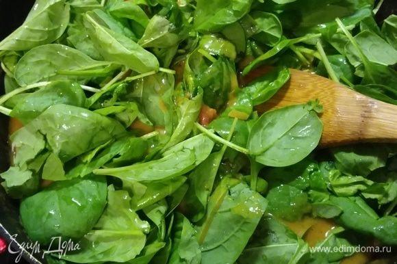 Теперь доведем карри до вкуса. Добавим арахисовую пасту, соевый соус, сок лайма, соль и перец. В конце выложить промытый шпинат, потушить еще несколько минут, пока шпинат не «увянет». Можно использовать так же замороженный листовой шпинат.