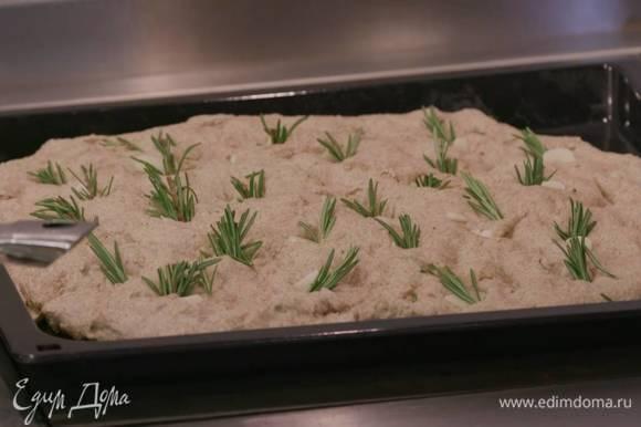 Накрыть противень с тестом смоченным в теплой воде и хорошо отжатым полотенцем и оставить, чтобы тесто подошло.