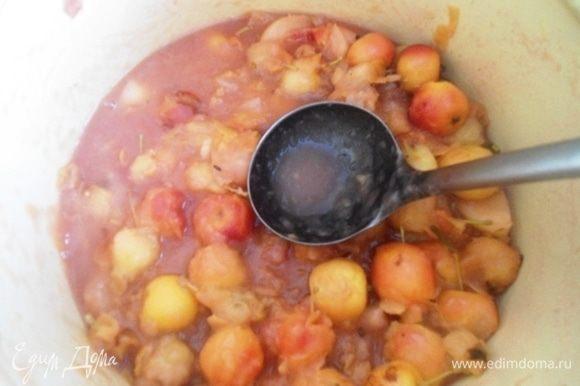Яблоки хорошо вымыть, нарезать кусочками (если маленькие, то разрезать пополам). В кастрюлю влить воду (на 3 кг яблок примерно стакан воды) и поставить варить на средний огонь. Варить, помешивая, до мягкости яблок.