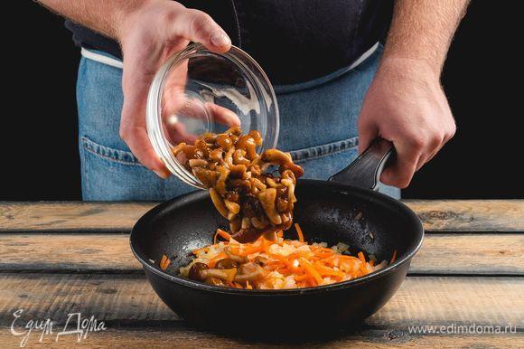 Добавьте грибы и жарьте, пока не испарится вся жидкость.