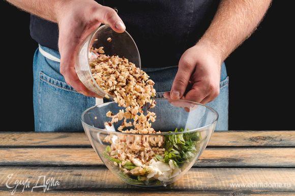 Соедините в миске отваренную смесь риса «Феникс» «Националь», кабачки, сулугуни и заправку.