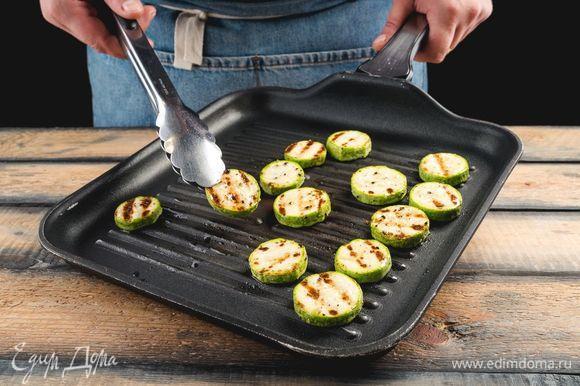 Нарежьте кабачок кружками, сбрызните растительным маслом, посыпьте прованскими травами и подрумяньте на сковороде-гриль.