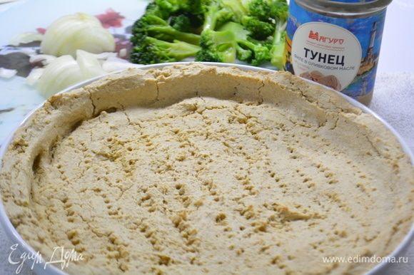 Из тунца слить жидкость, лук нарезать полукольцами. Достаем основу из духовки.
