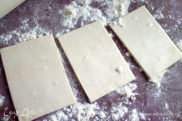 У нас тесто продают по 4 пластины в пачке весом 400 г. Вытащить одну пластину и сразу разделить на порции. Это можно сделать перед завтраком, как только проснулись.