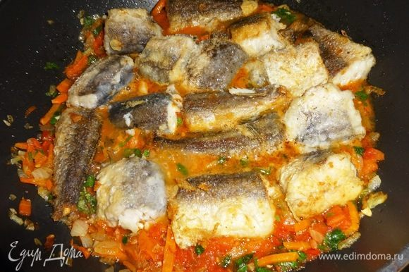 На овощи выложить обжаренные кусочки рыбы.