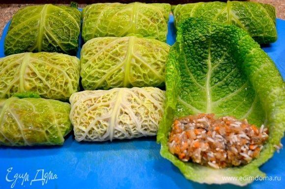 В фарш добавляем специи, рис, соль, яйца. Подготовленную начинку заворачиваем в бланшированные нежные листья капусты.