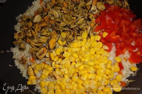 В сковороду с рисом и овощами добавить отваренное мясо мидий, консервированную кукурузу и сладкий красный перец, перемешать. Потушить под крышкой 5 минут и выключить огонь. Дать паэлье настояться 5–10 минут.