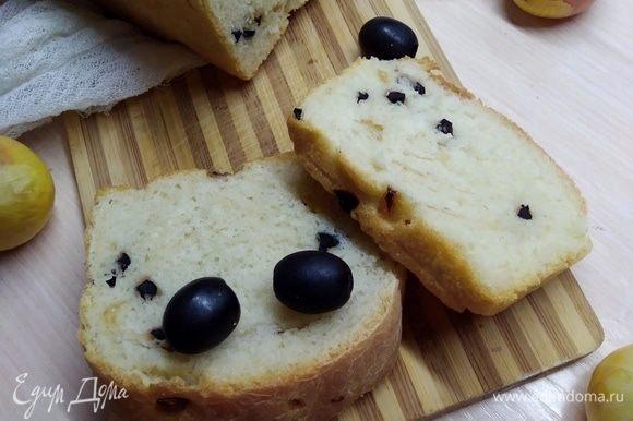 Мякиш волшебный получился: мелклопористый и упругий. Угощайтесь. А сегодня, оказывается, всемирный день хлеба! Так что мой хлеб пришелся кстати.