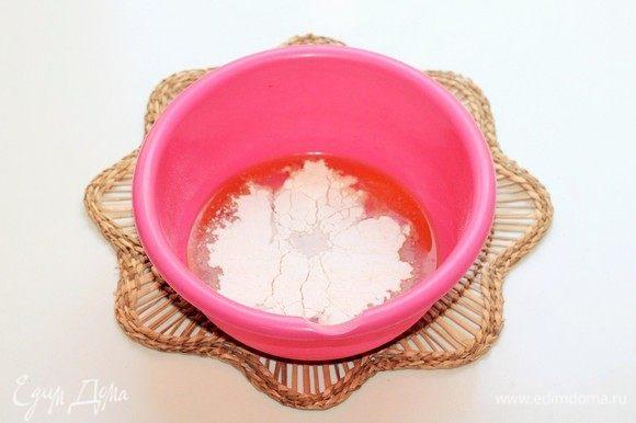 В жидкую смесь небольшими частями добавить мучную и замешать мягкое, гладкое тесто, не липнущее к рукам.