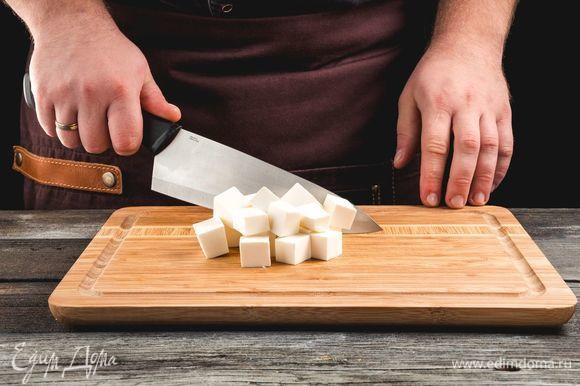 Нарежьте средним кубиком сыр фета.
