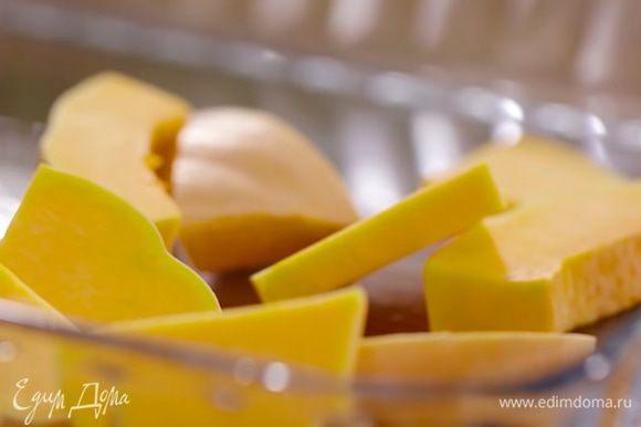 Нарезать половину тыквы достаточно тонкими (толщиной не больше 1 см) кусочками и выложить в глубокий противень.