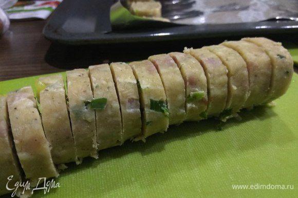 По истечении времени разогреть духовку до 180°C. Нарезать тесто на колечки толщиной 0,6–0,8 см.