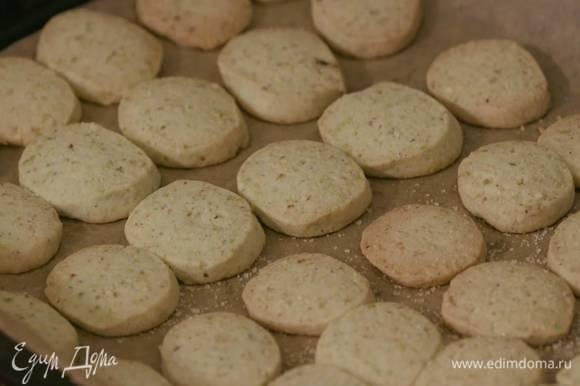 Выпекать печенье в разогретой духовке 15–20 минут, затем, пока оно горячее, посыпать коричневым сахаром.
